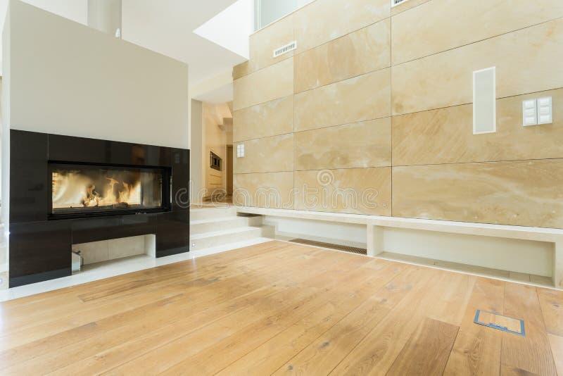 Brennender Kamin im beige Haus lizenzfreie stockbilder