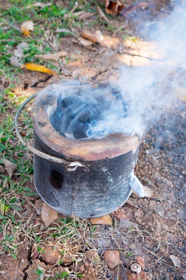 Brennender Lehmofen der Holzkohle stockbild