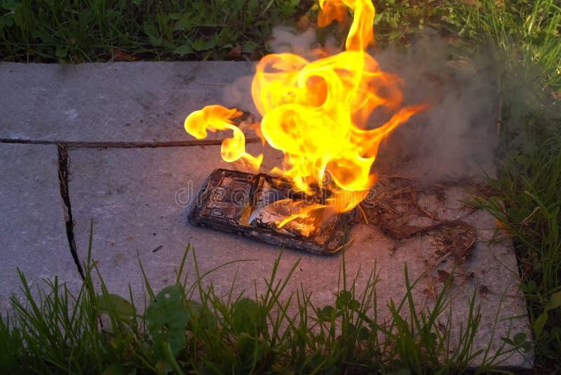 Brennender Smartphone, brennender Handy stockbilder