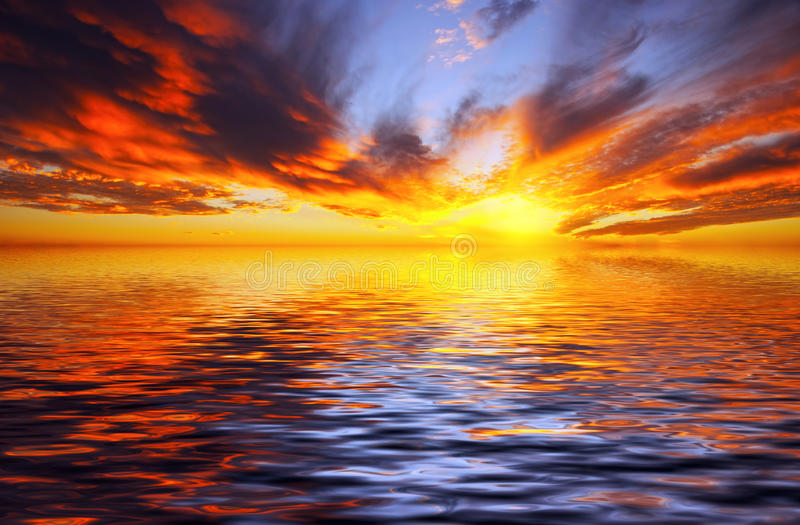 Brennender Sonnenuntergang über dem Meer lizenzfreie stockfotografie