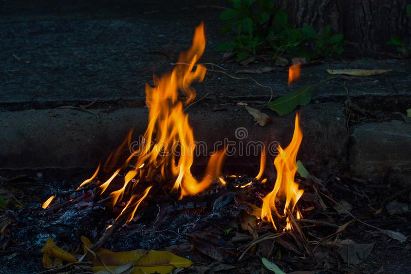 Brennender Straßenrandabfall lizenzfreies stockfoto
