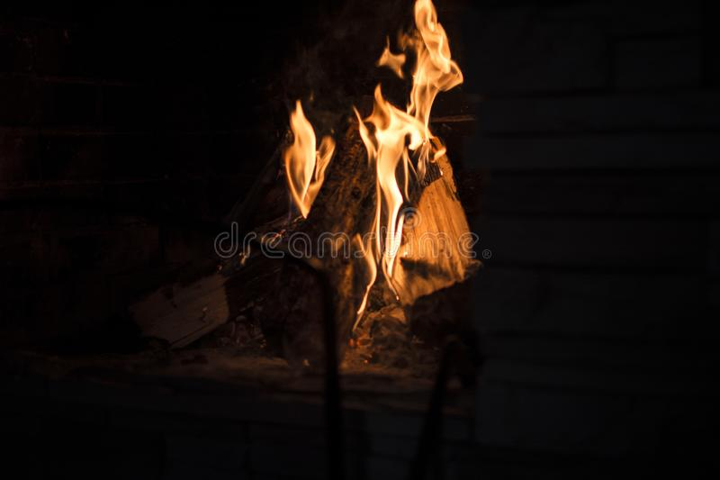 Brennendes Feuer im Kamin stockfotos