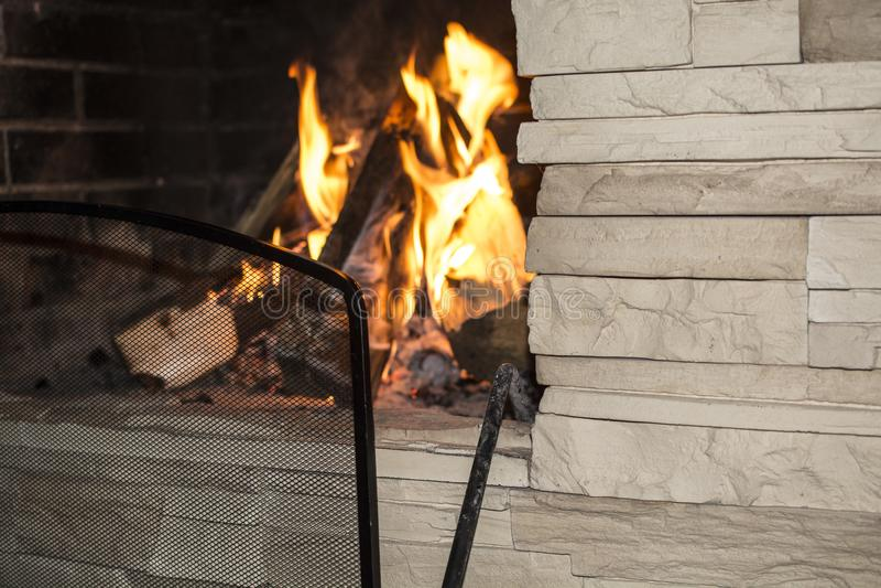 Brennendes Feuer im Kamin stockbilder