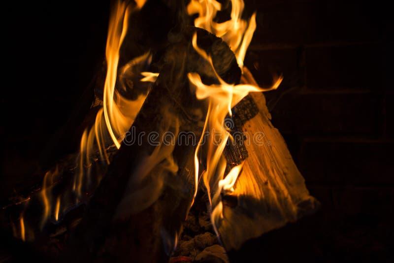 Brennendes Feuer im Kamin stockbild