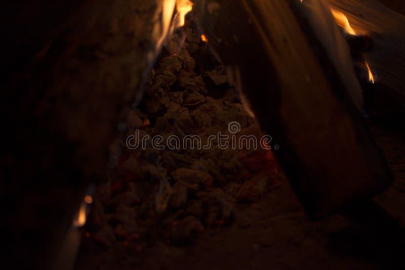 Brennendes Feuer im Kamin lizenzfreies stockbild