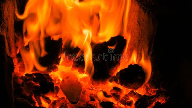 Brennendes Feuer im Ofen stockfotos