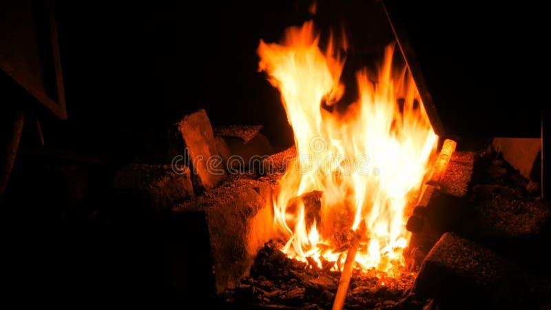 Brennendes Feuer im Ofen lizenzfreies stockbild