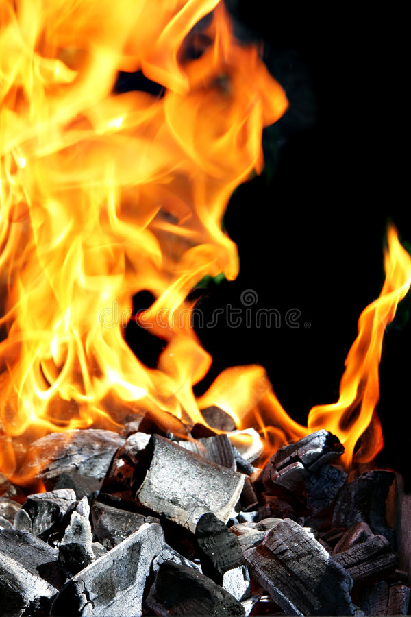Brennendes Feuer und Holzkohle lizenzfreie stockbilder