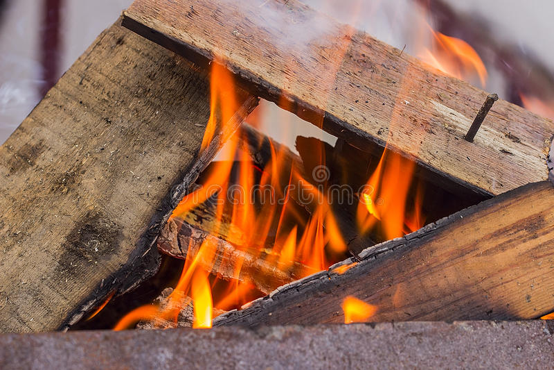Brennendes Holz in einem Messingarbeiter lizenzfreies stockbild