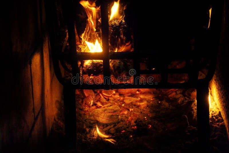 Brennendes Holz in einem Messingarbeiter stockbilder
