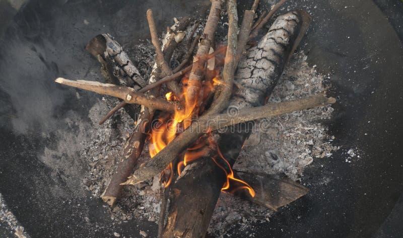 Brennendes Lagerfeuer mit Kohlen und Flammen lizenzfreies stockbild