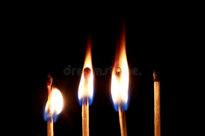 Brennendes Match auf schwarzem backgound stockfotos