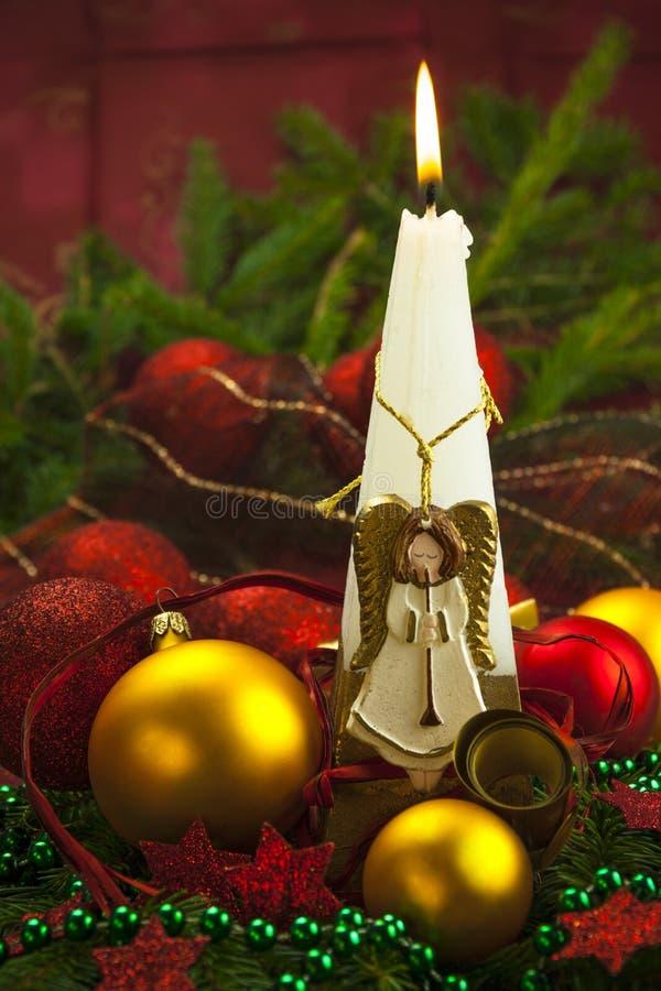Brennendes Rot des Weihnachtskarten-Kerzenlichtengels-Balls stockbilder