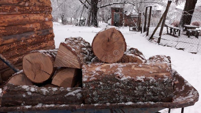 Brennholz betriebsbereit zum Winter stockfotos