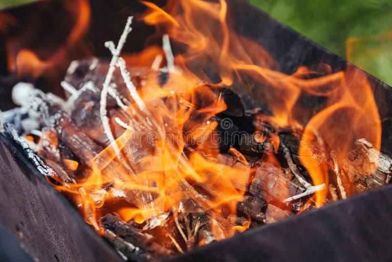Brennholz, das im Messingarbeiter brennt Grillvorbereitung Gl?hende Flamme lizenzfreie stockbilder