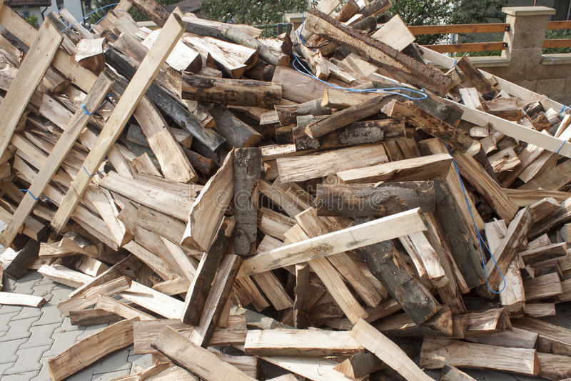 Brennholz in einem Stapel, Holz für Winter vorbereitend stockfotos