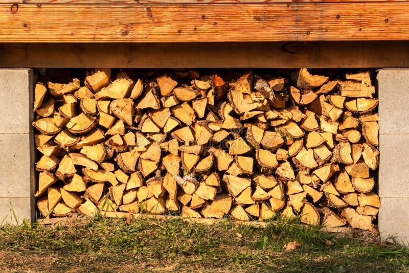 Brennholz für ökologisches Haus Brennstoffaufbereitung für Winter Gespeicherter Brennstoff für den Winter Vorrat an Holz lizenzfreies stockbild