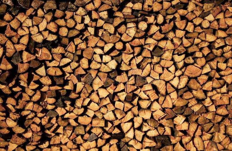 Brennholz gestapelt H?lzerner Hintergrund H?lzerne Beschaffenheit Das Brennholz ordentlich im Dorf lizenzfreie stockfotos