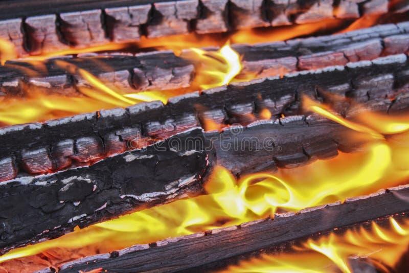 Brennholz im Feuer lizenzfreies stockfoto