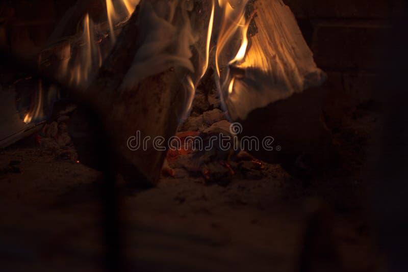 Brennholz im Feuer des Kamins? A flammt fröhlich im Kamin lizenzfreie stockbilder