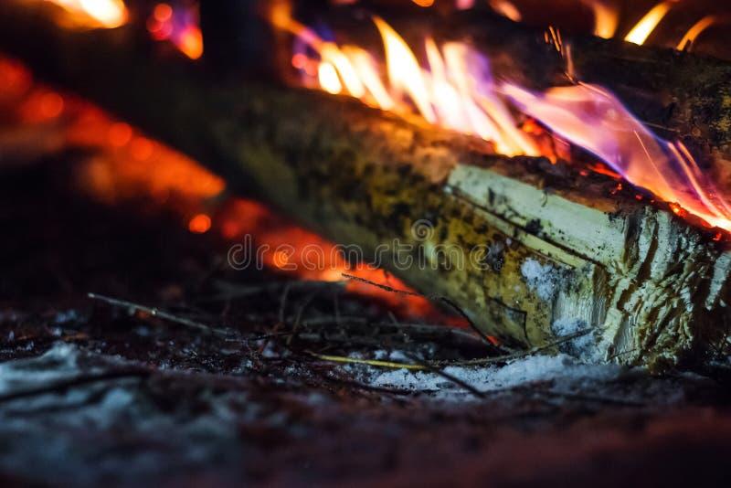 Brennholz im Feuer im Winter stockbild