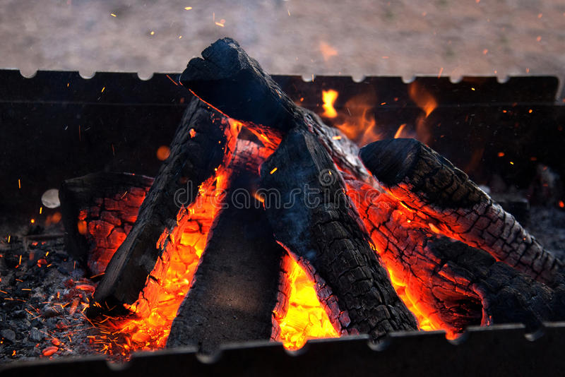 Brennholz im Messingarbeiter lizenzfreie stockfotos