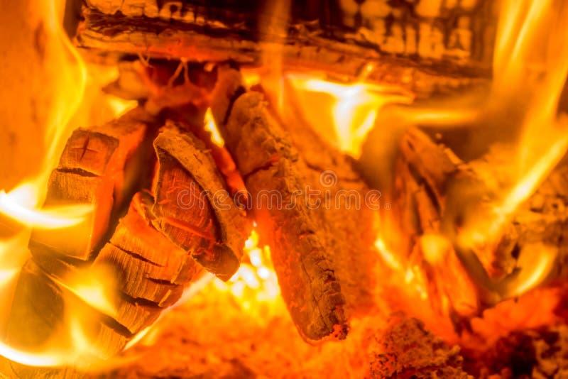 Brennholz im Ofen mit Glut als romantischen Hintergrund lizenzfreie stockbilder