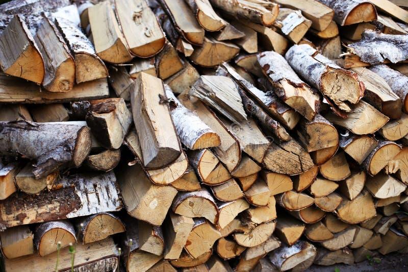 Brennholz im Yard lizenzfreie stockfotos