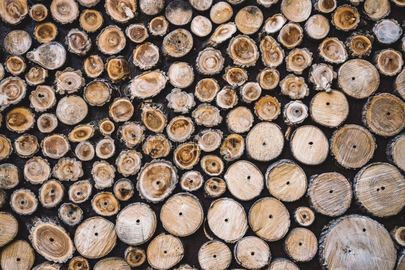 Brennholz, nicht ökologisch, Brennstoffstapel aus Holz, ländlicher Hintergrund, strukturiert lizenzfreies stockbild