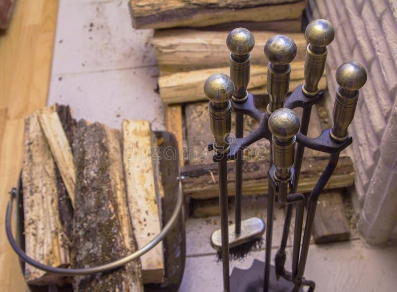 Brennholz und Werkzeuge für den Kamin lizenzfreies stockbild
