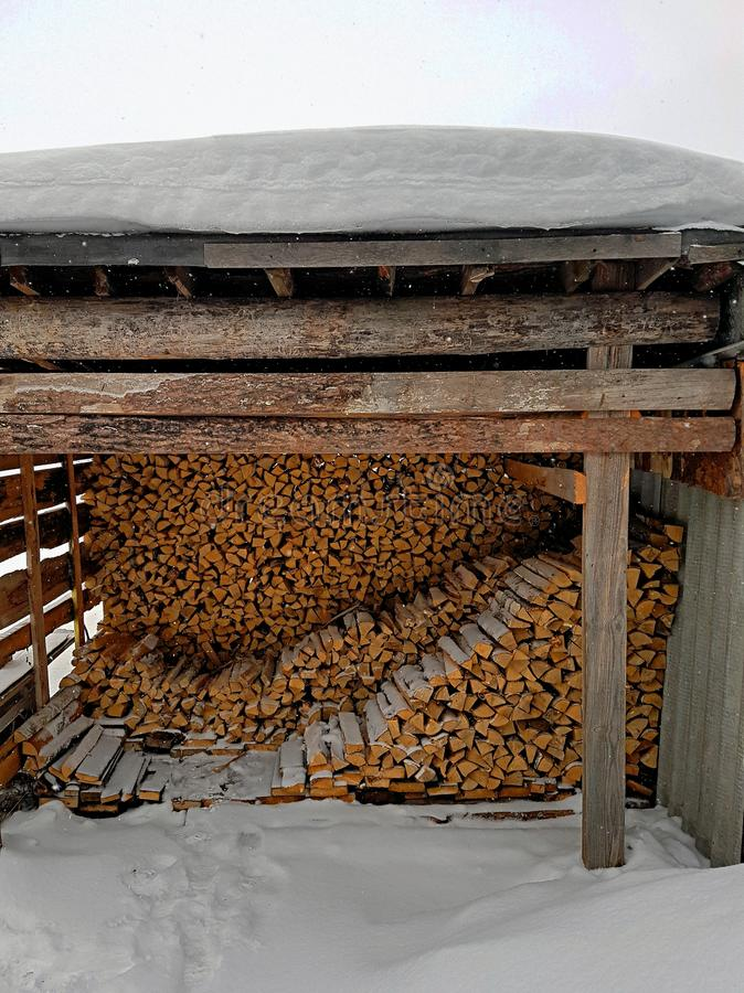 Brennholz unter dem Dach lizenzfreies stockbild