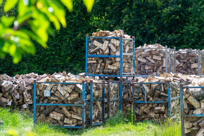 Brennholz wird in den für verpackt einen kalten Winter vorbereitet zu werden Behältern, lizenzfreies stockfoto