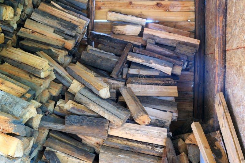 Brennholzstapel in einer hölzernen Halle lizenzfreie stockfotografie