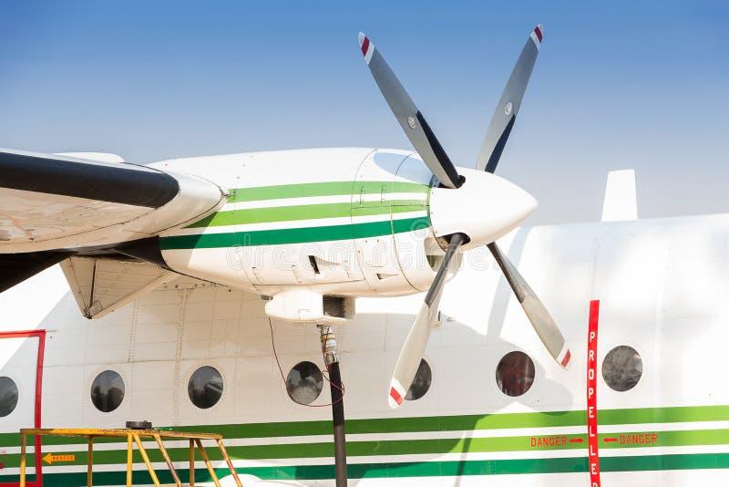 Brennstoffaufnahme der Flugzeuge lizenzfreie stockbilder