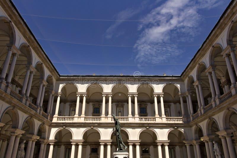 Brera akademi i Milan Borggård med gallerit och kolonner Aroun arkivfoton