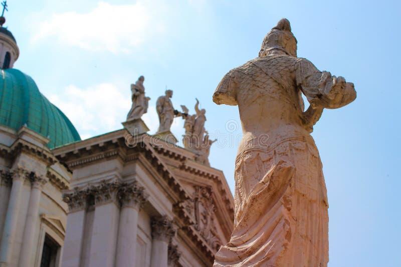Brescia domkyrka och statyn av Minerva royaltyfri foto