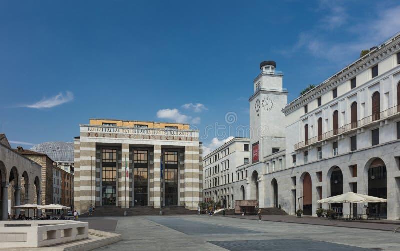 Brescia, Italië, Europa, augustus 2019, view of the building in the Piazza della Vittoria stock foto's