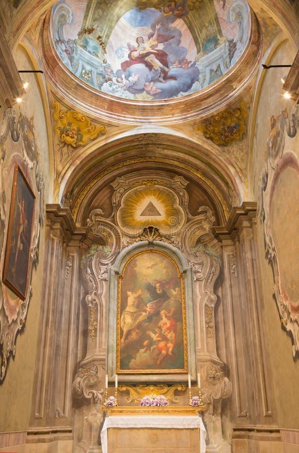BRESCIA, ITALIA - 22 MAGGIO 2016: La cappella laterale con la pittura della trinità santa in chiesa in chiesa Chiesa di San Franc fotografie stock