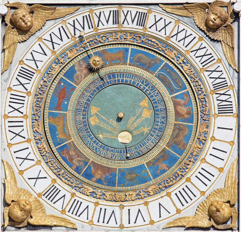 BRESCIA, ITALIE, 2016 : L'horloge du soleil de tour sur la place de bungalow de della de Piazza photo stock