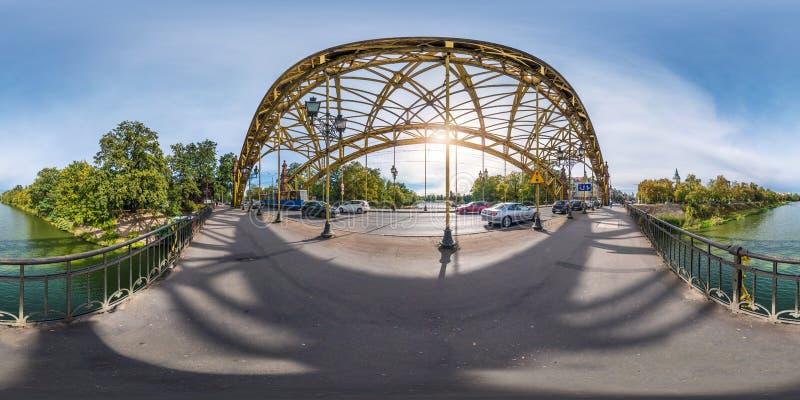 BRESLAU, POLEN - OKTOBER 2018: Volle kugelförmige 360 Grad Winkelsichtpanorama nahe Stahlskelettbau der enormen Brücke herüber stockfoto