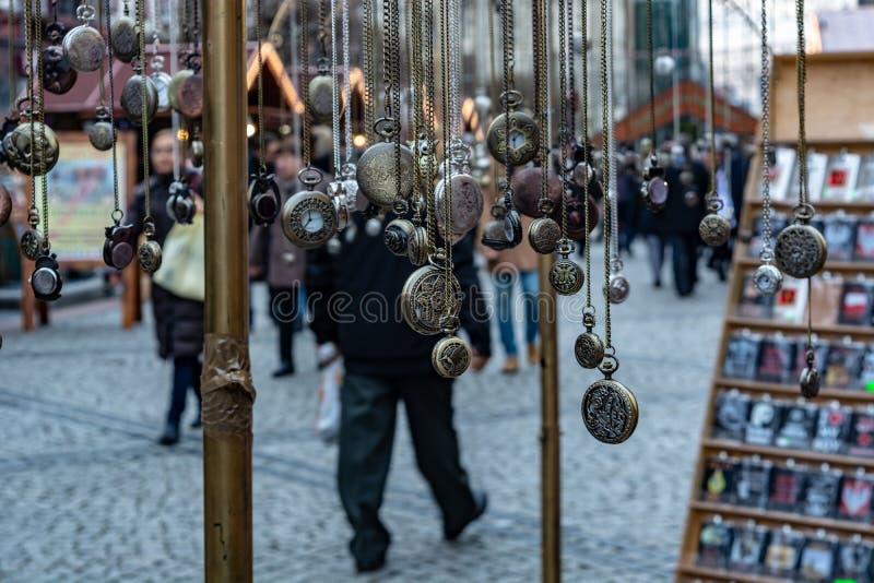 Breslau, Polen, am 28. September 2017: Verkaufsstunden auf Stadtstraße stockfotos