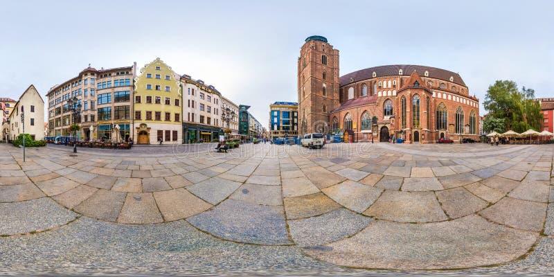 BRESLAU, POLEN - SEPTEMBER 2018: Volle nahtlose 360 Grad Winkelsichtpanorama nahe gotischer Kirche von St. Elizabeth des alten To stockfotografie