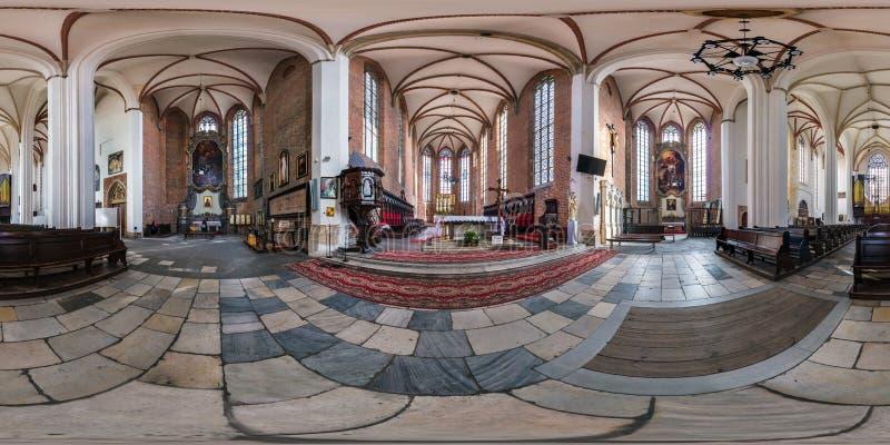 BRESLAU, POLEN - SEPTEMBER 2018: volles nahtloses kugelförmiges Panorama 360 durch 180 Grad gotische katholische Innenkirche der  stockfoto