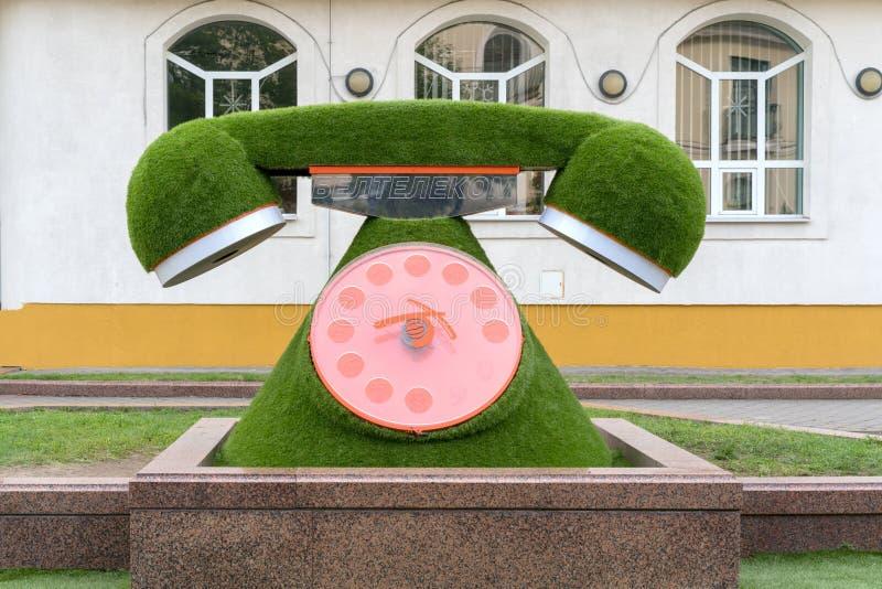 BREST, BELARUS - 28 JUILLET 2018 : Lit de fleur vert sous forme de poste téléphonique images stock