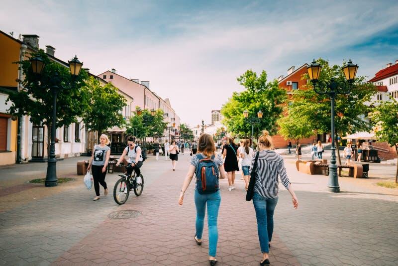 Brest, Belarus Marche de repos de personnes sur la rue de Sovietskaya de piéton image libre de droits