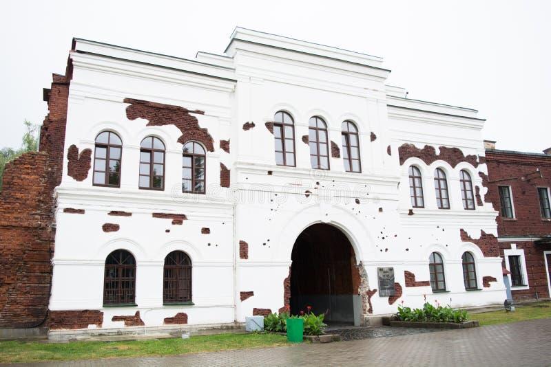 BREST, BELARUS - 4 SEPTEMBRE 2015 : Les portes de porte de Kholm de la forteresse de Brest dans le jour pluvieux photo libre de droits