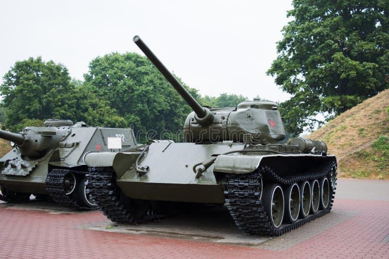 BREST, BELARUS - 4 SEPTEMBRE 2015 : réservoirs T-44 et SU-100 dans la forteresse de Brest, monument militaire photographie stock libre de droits
