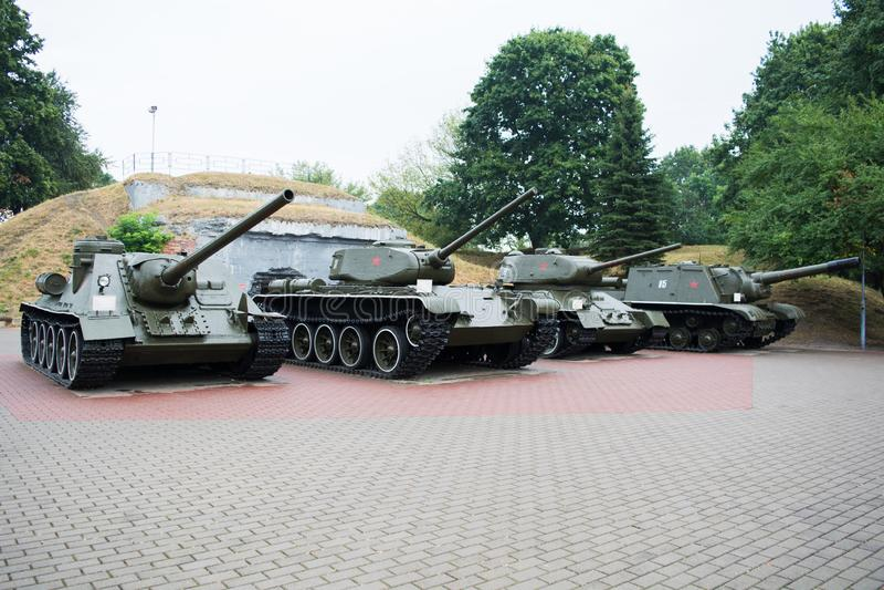 BREST, BELARUS - 4 SEPTEMBRE 2015 : SU-100, T-44, T-34-85, réservoirs ISU-152 dans la forteresse de Brest photo stock