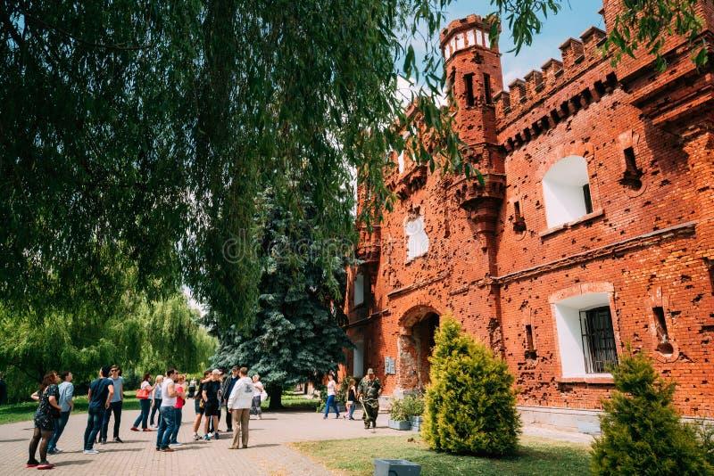 Brest, Belarus Touristes de personnes marchant près de la façade extérieure d'extérieur des portes de porte de Kholm de la forter photo libre de droits