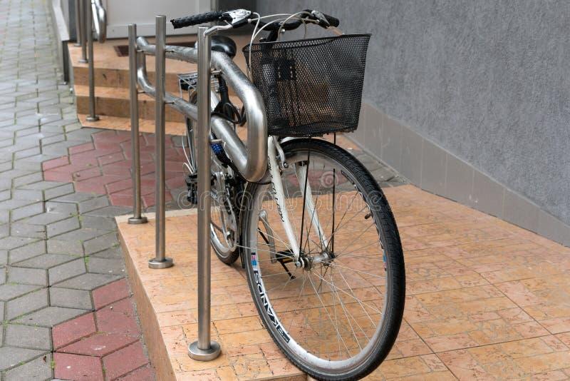 BREST BIAŁORUŚ, LIPIEC, - 31, 2018: Bicykl parkujący przed sklepem zdjęcia royalty free